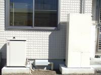 左がガスエンジン発電ユニット、右が排熱利用給湯暖房ユニット